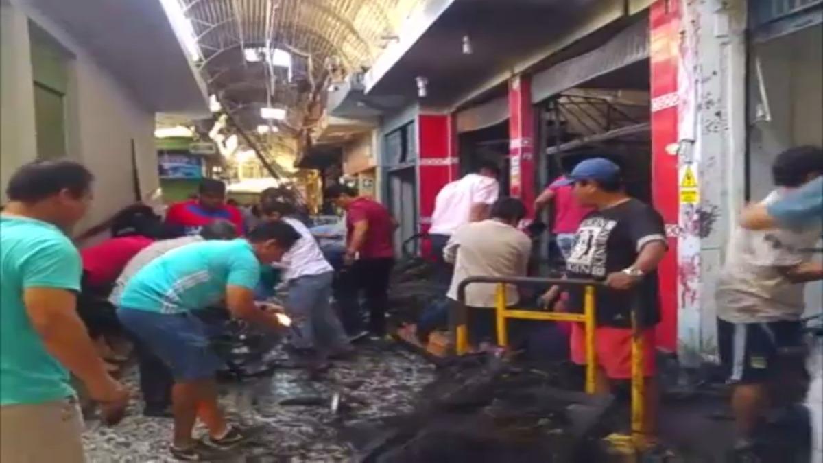 Daños materiales que dejó el incendio en el mercado de telas.
