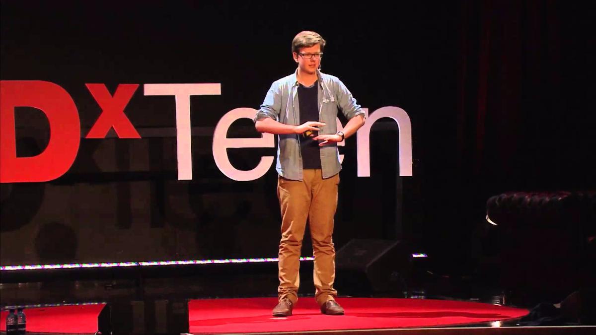 El joven dando una charla en TED sobre su experiencia sobre la inversión en bitcoins y su nueva empresa en educación.