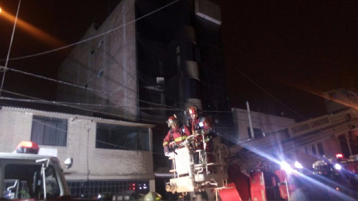 Depósito de colchones se incendió en el quinto piso de edificio, ubicado a pocos metros del policlínico del distrito.