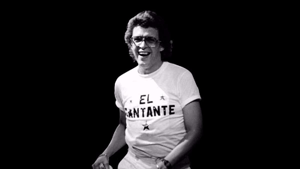 Una de las famosas imágenes de Héctor Lavoe sobre el escenario.