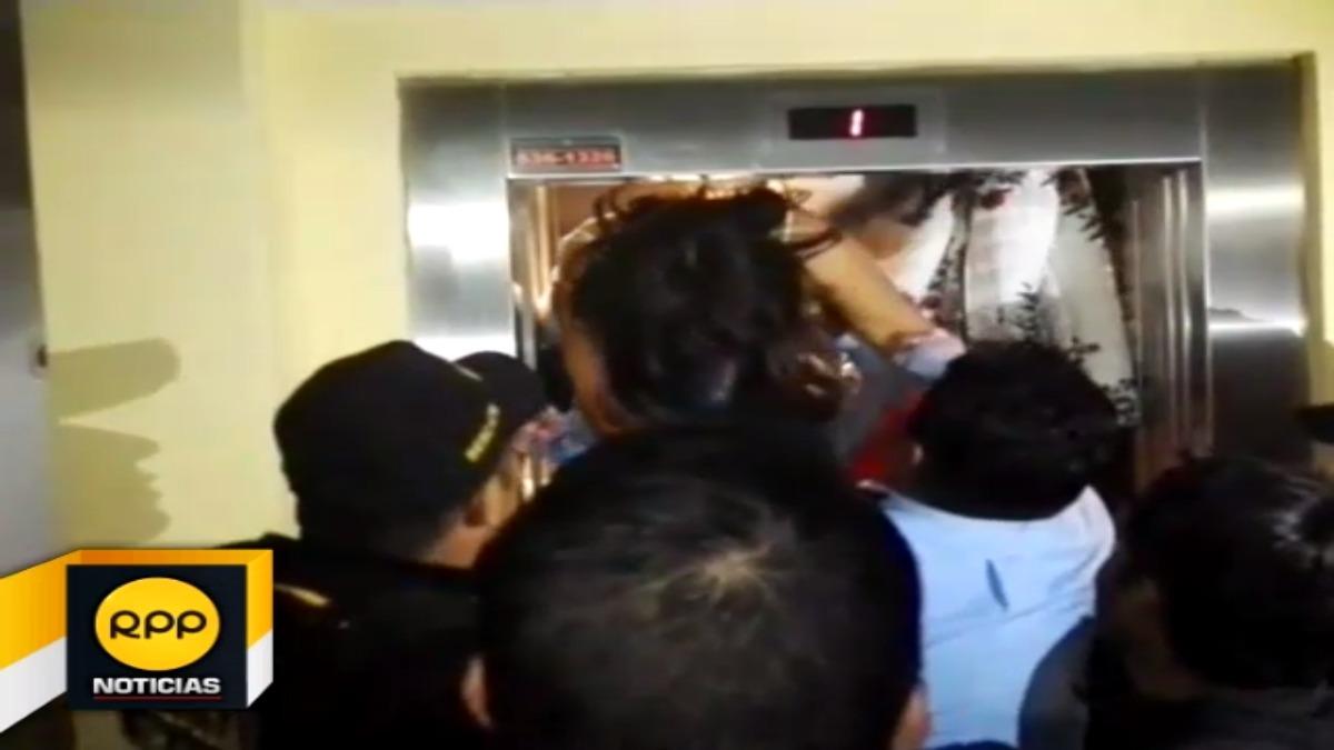 Al parecer la cantidad de personas y el peso ocasionó que el elevador quedara atascado.