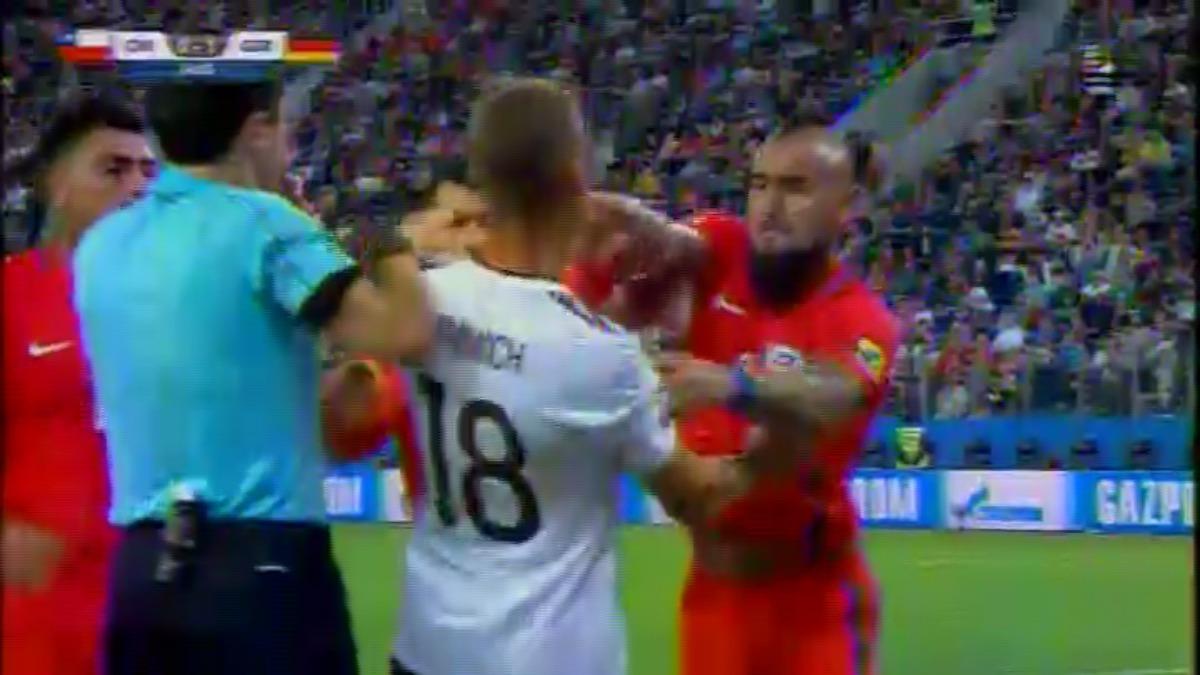 Arturo Vidal perdió los papeles y se olvidó que Joshua Kimmich es su compañero en el Bayern.
