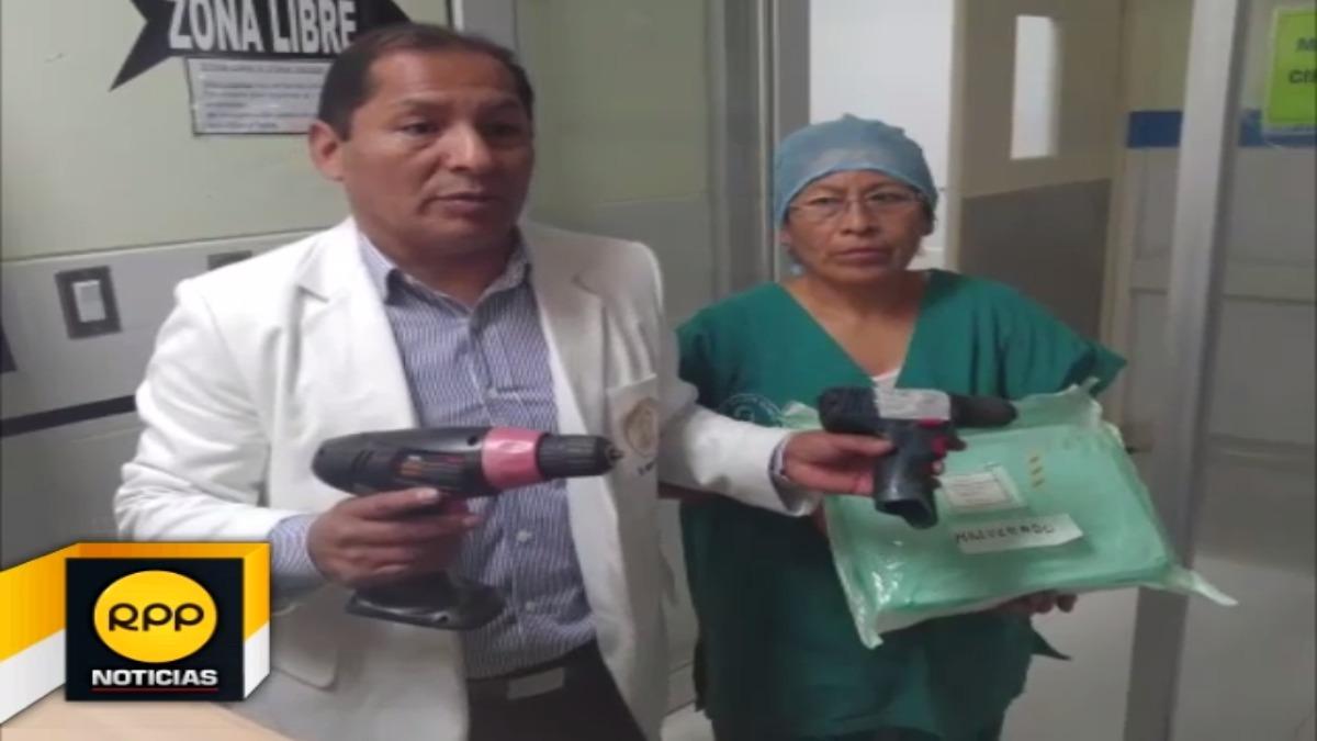 Médico muestra los materiales de ferretería con los que realizan operaciones.