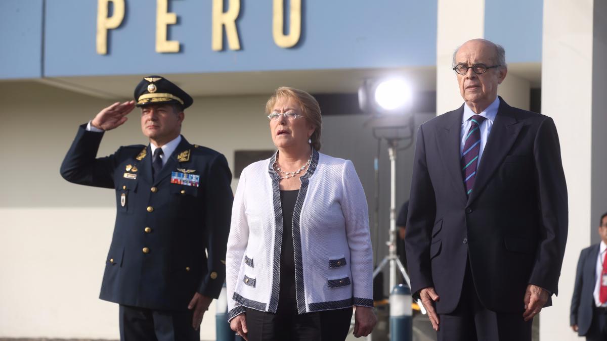 la presidenta de Chile Michelle Bachelet fue recibida por el canciller Ricardo Luna.