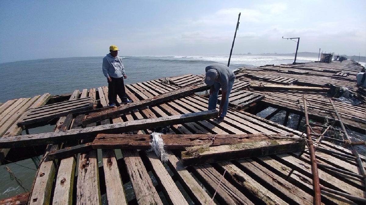 Plataforma del muelle fue afectada por oleajes.