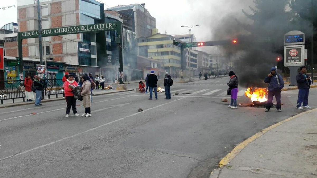 En el primer día de huelga indefinida, los piquetes de manifestantes quemaron llantas en diversas zonas de la ciudad.