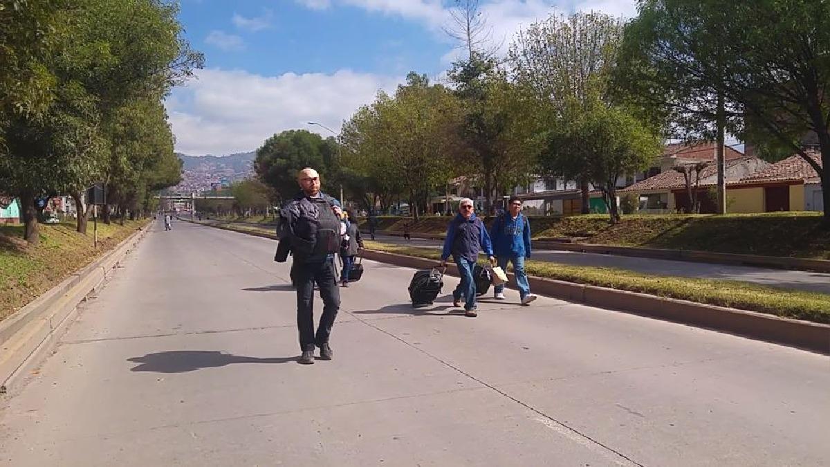 Los turistas nacionales y extranjeros por falta de movilidad tuvieron que trasladarse a pie hasta el aeopuerto del Cusco, con el fin de no perder sus vuelos.
