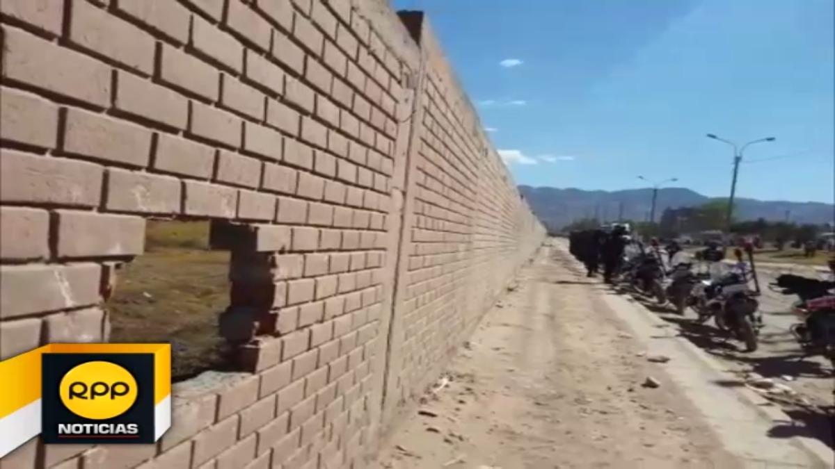 Los manifestantes lanzaron piedras a un muro del aeropuerto Velasco Astete y perforaron parte de su estructura.