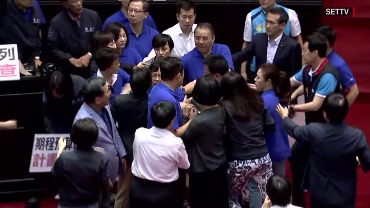 Así se agarraron a golpes los parlamentarios taiwaneses.