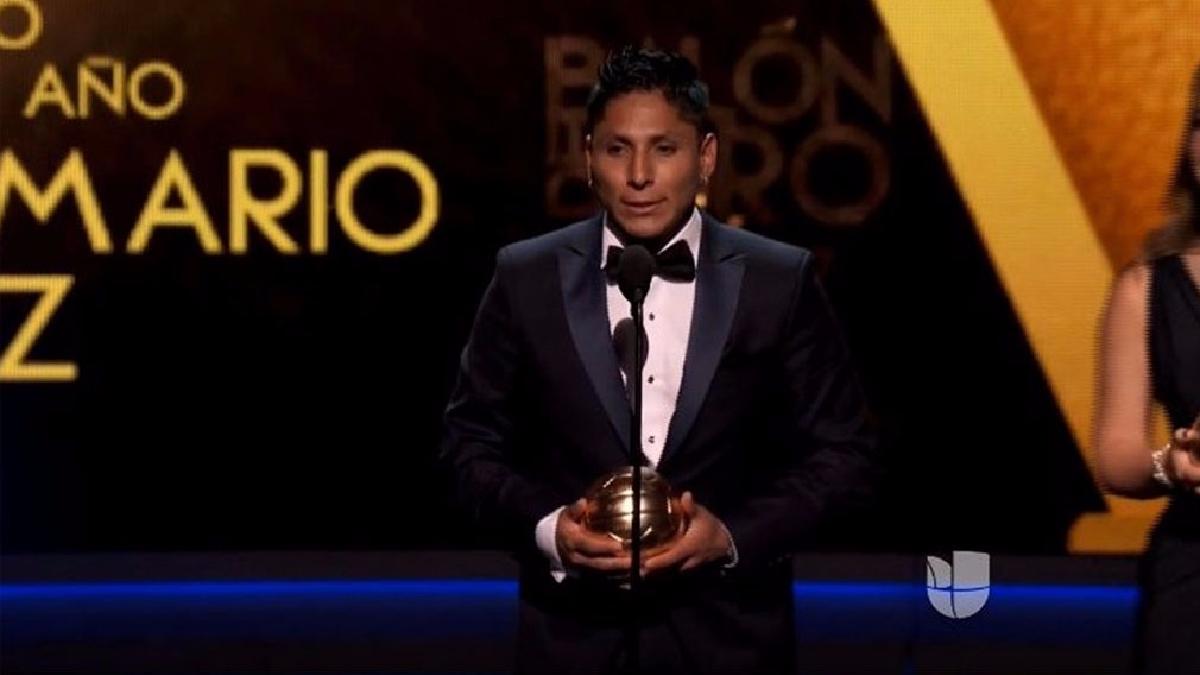Raúl Ruidiaz se lleva el Balón de Oro como Mejor Delantero de la Liga MX.