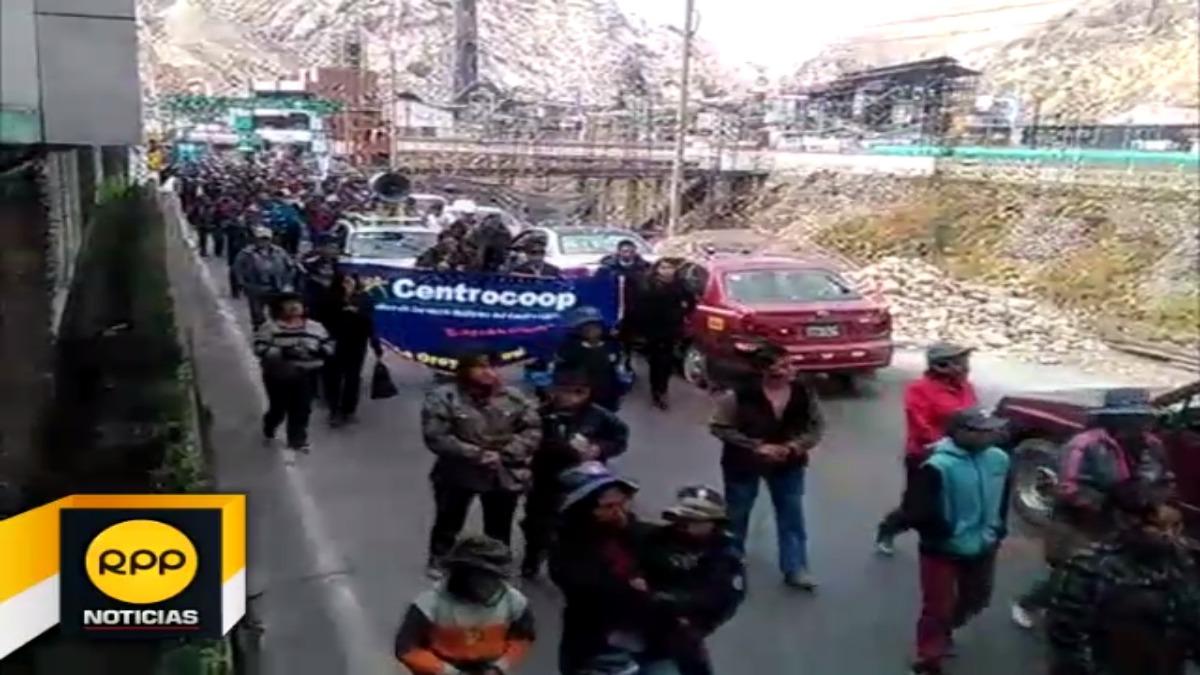 Trabajadores de Doe Run bloquean la Carretera Central.
