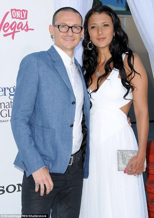 Chester estaba casado con Talinda Bennington hace más de 10 años y tenía 6 hijos fruto de dos matrimonios.