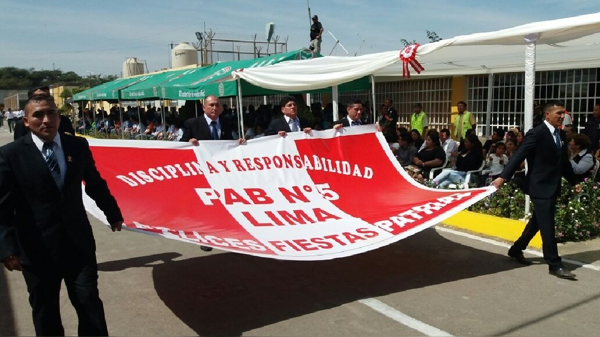Internos participan de desfile por Fiestas Patrias.