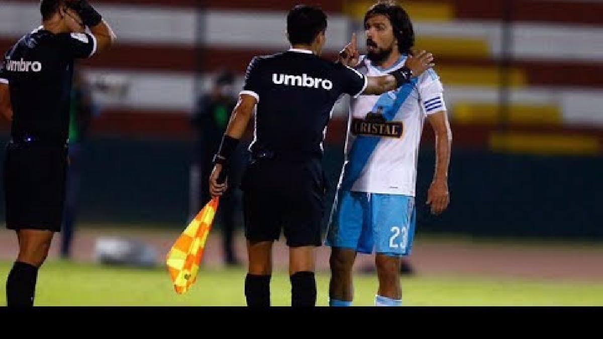 Jorge Cazulo recibió la roja y luego el árbitro Jesús Cartagena se retractó y le sacó amarilla.