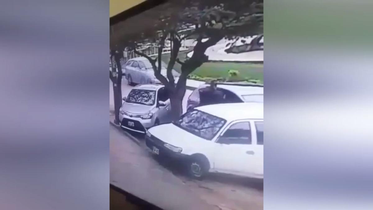 Vídeo muestra la modalidad que usa el delincuente para robar partes de los vehículos
