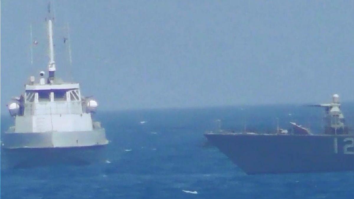 Así fue el momento de tensión entre ambas naves, el barco iraní (derecha) y el Thunderbolt de EE.UU. (izquierda).