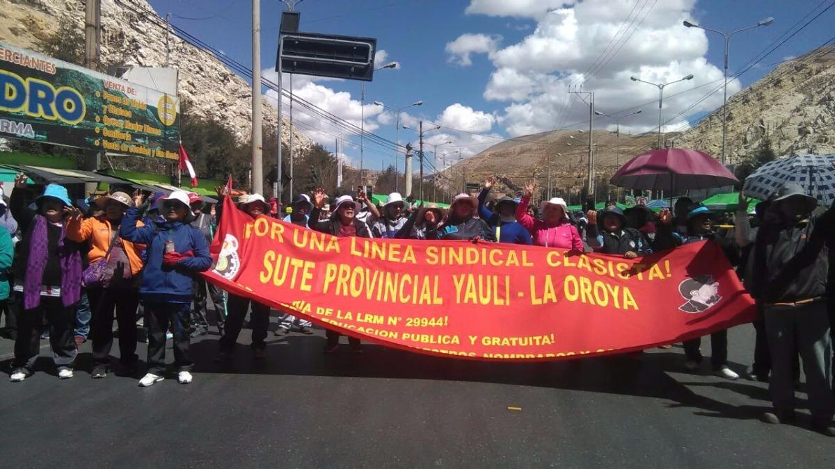 Los docentes acatan el día 14 de la huelga nacional indefinida del Sutep.