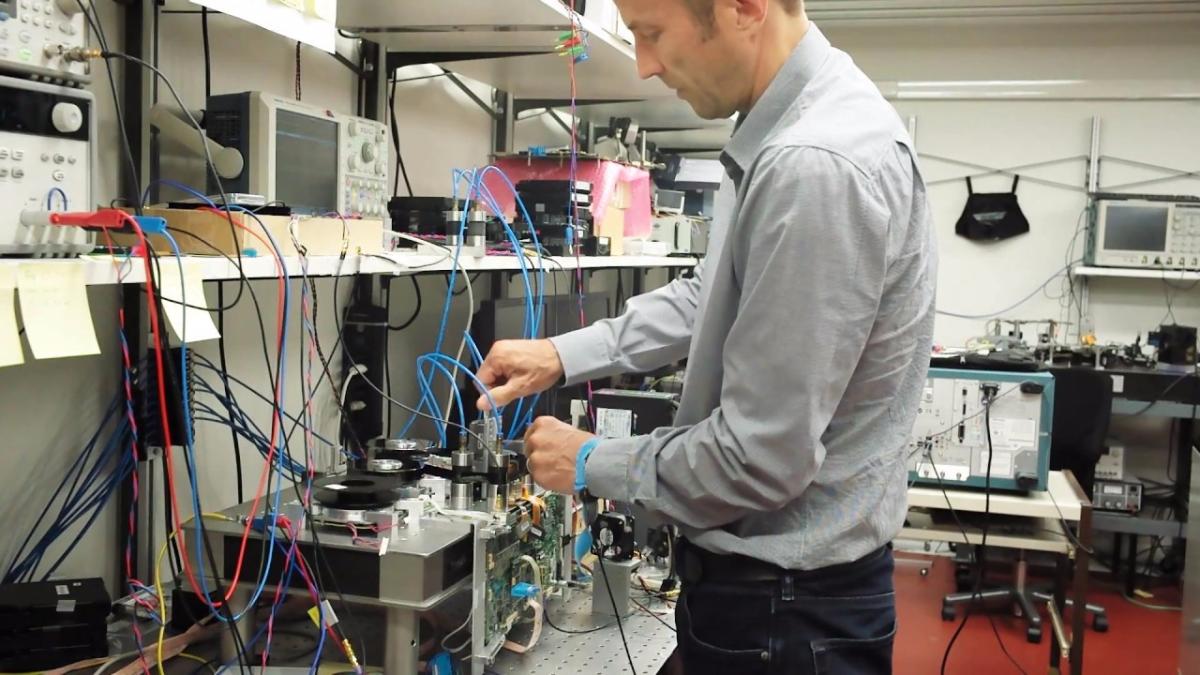 Este dispositivo hace uso de un tipo especial de cinta magnética que logra una densidad de 201 gigabits por pulgada cuadrada, que es 20 veces la densidad convencional