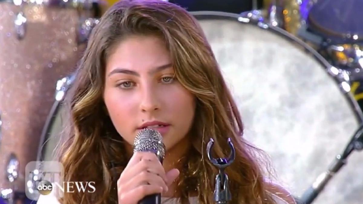 Hija de Chris Cornell dedica emotiva interpretación a su padre y a Chester Bennington.