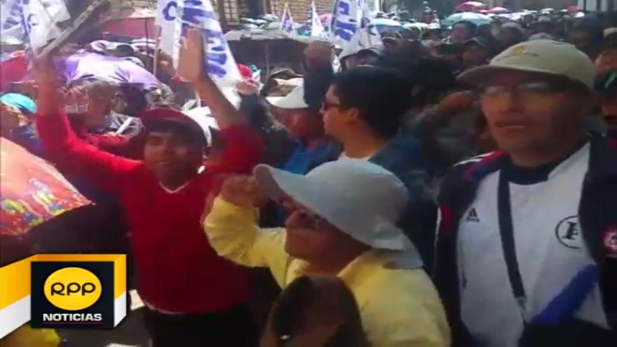 Profesores del Suter Cusco, exigen destitución de director de educación Elías Meléndrez, por autorizar descuentos.
