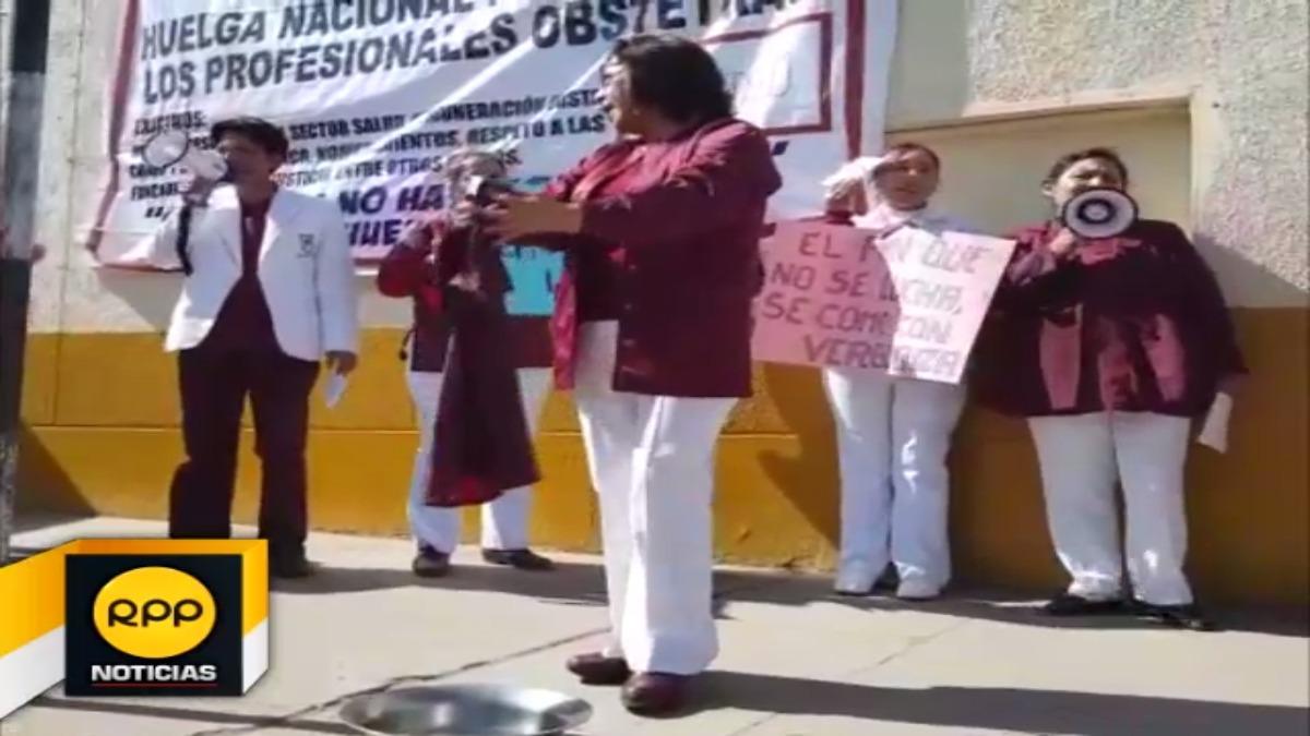 Las obstetras lavaron sus uniformes en señal de protesta