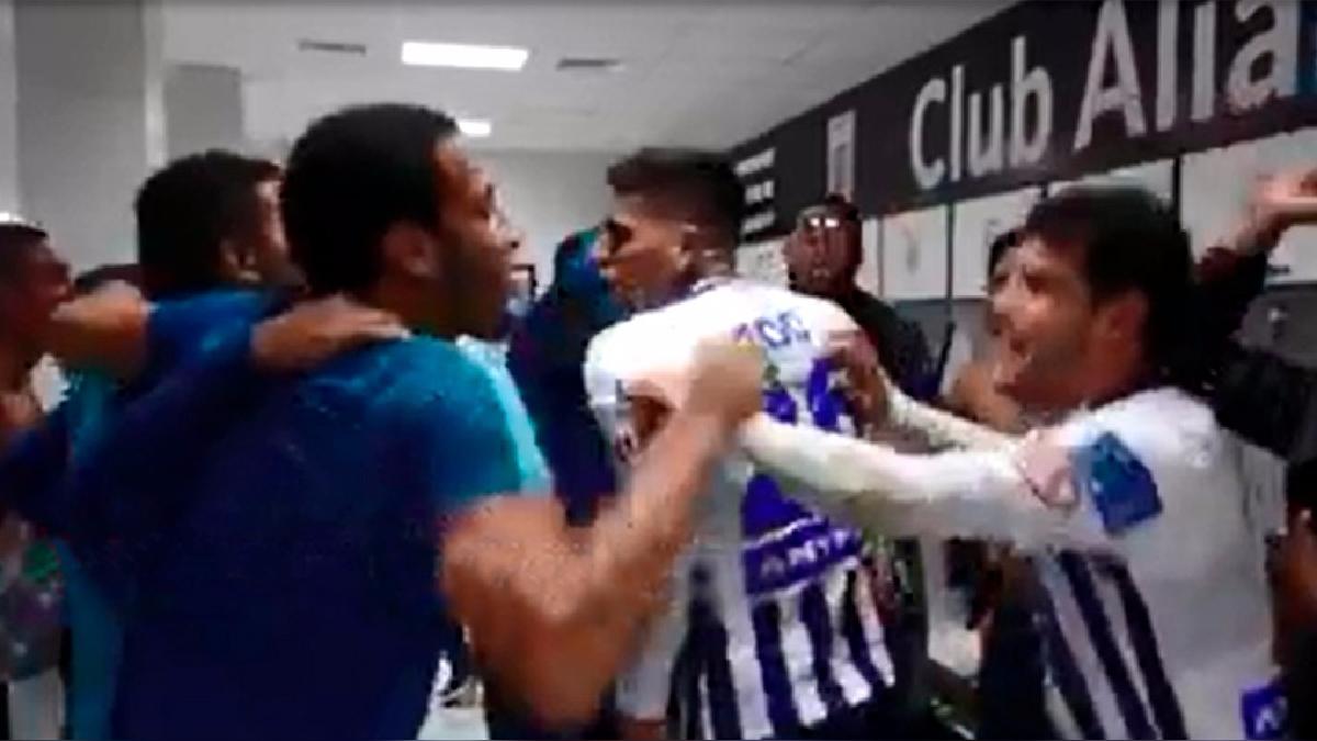 Los jugadores de Alianza Lima celebran en el camerino.