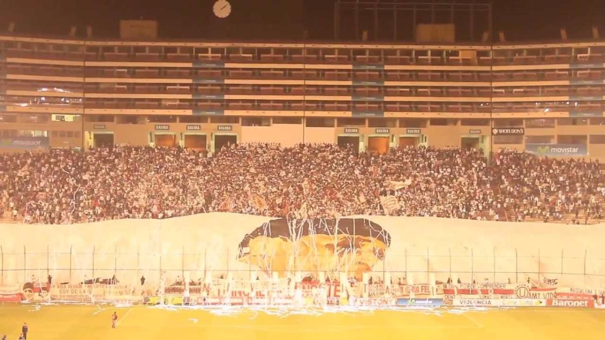 La hinchada de Universitario mostró hace algunos años la gigantesca bandera en homenaje a 'Lolo' Fernández que cubre toda la tribuna norte del Estadio Monumental.