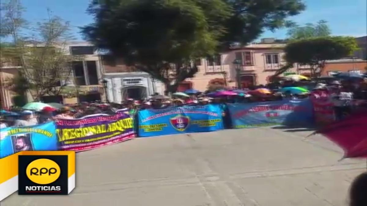 Los docentes marchan hasta el Gobierno Regional de Arequipa.