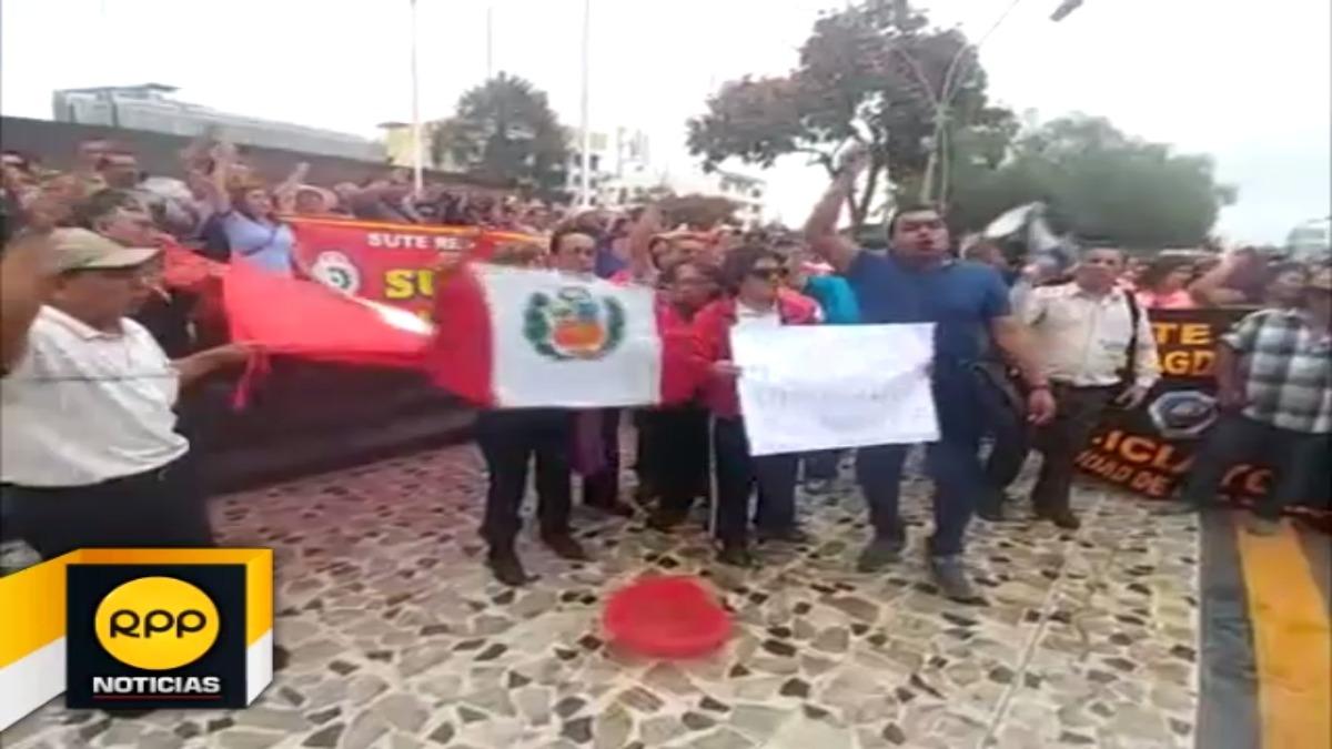 Lavado de banderas en pérgola del parque principal de Chiclayo