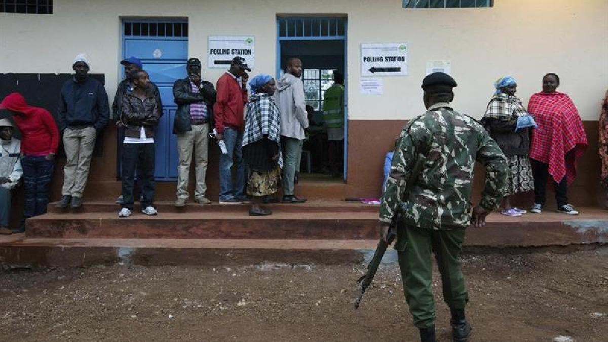 Muchas personas llegaron a sus mesas de votación incluso antes de que inicie la jornada electoral.