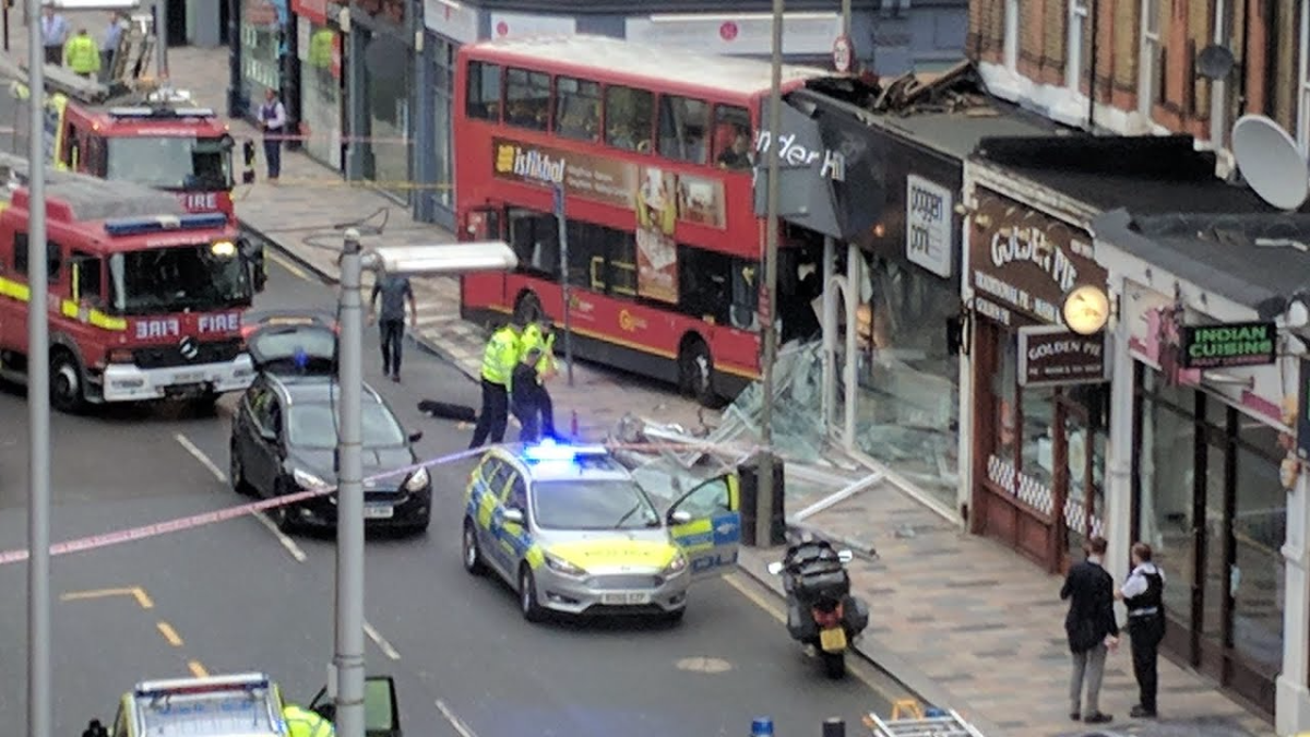 Así terminó el tradicional bus rojo londinés.