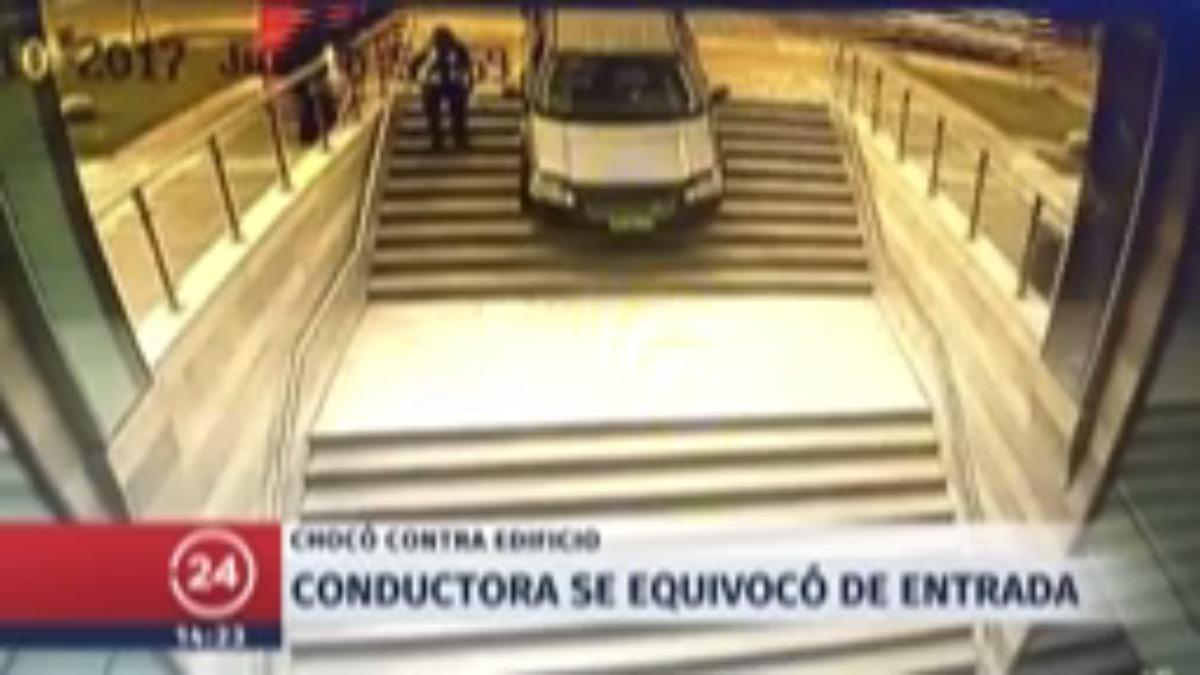 El carro quedó suspendido por unos segundos en las escaleras del edificio.