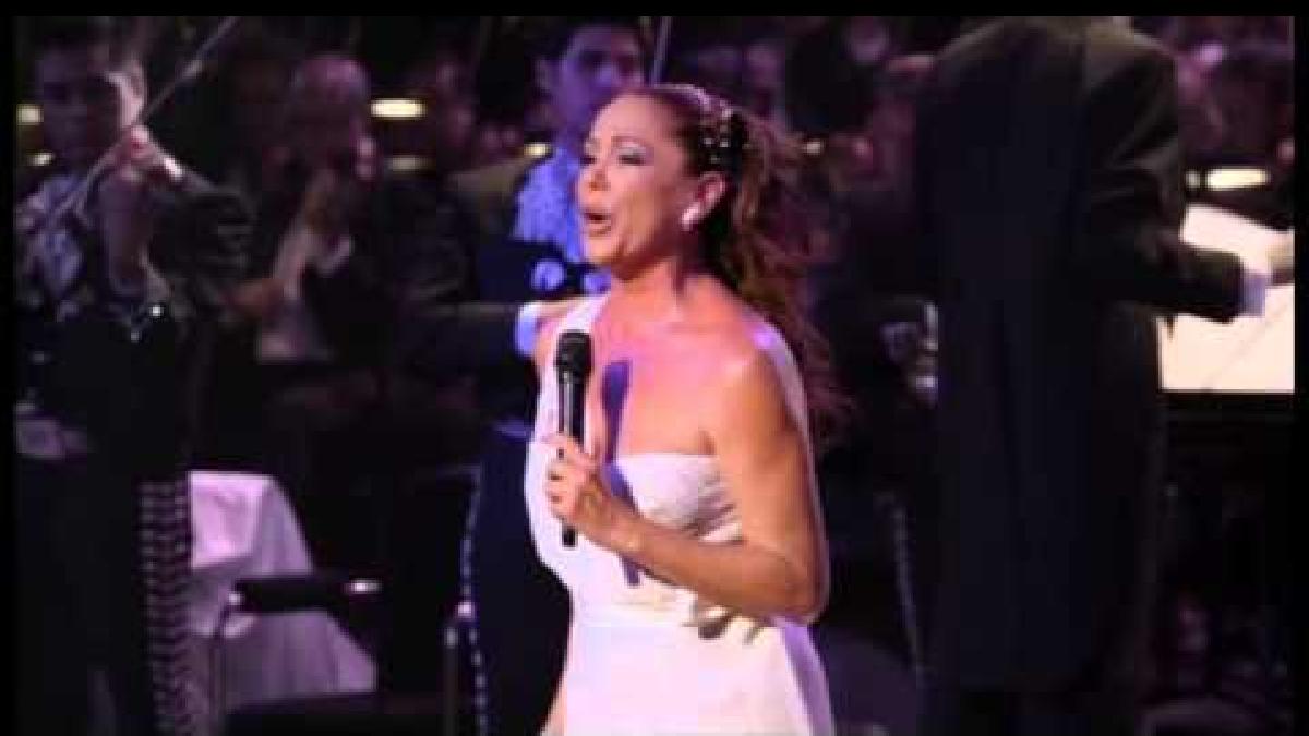 Esta canción, que es sello de cantante Isabel Pantoja, fue creada por su amigo Juan Gabriel.