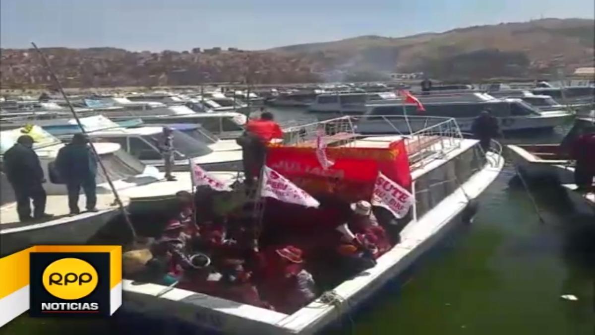 Facción del Sutep abordó las embarcaciones turísticas y arengaron con sus pancartas las exigencias en el marco de la huelga que acatan.