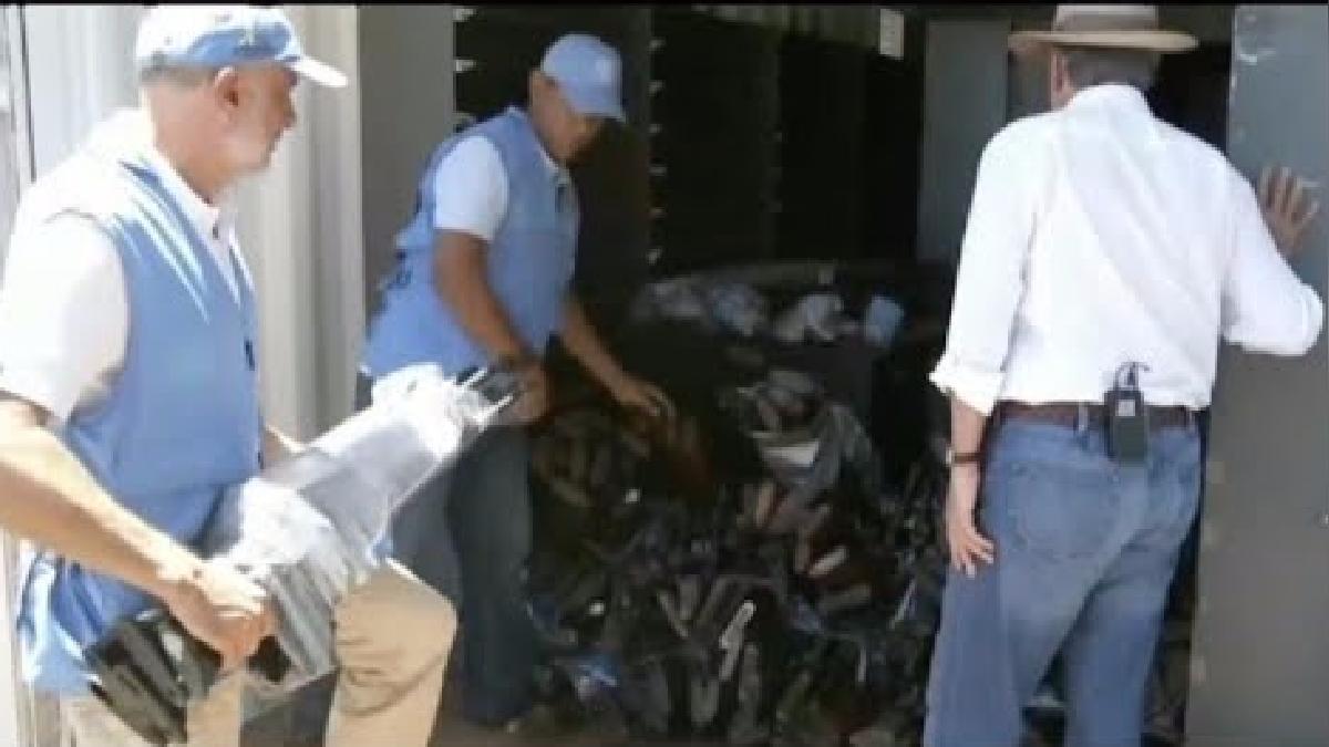 El presidente colombiano Juan Manuel Santos cerró el contenedor que llevó las últimas armas recuperadas de las FARC.