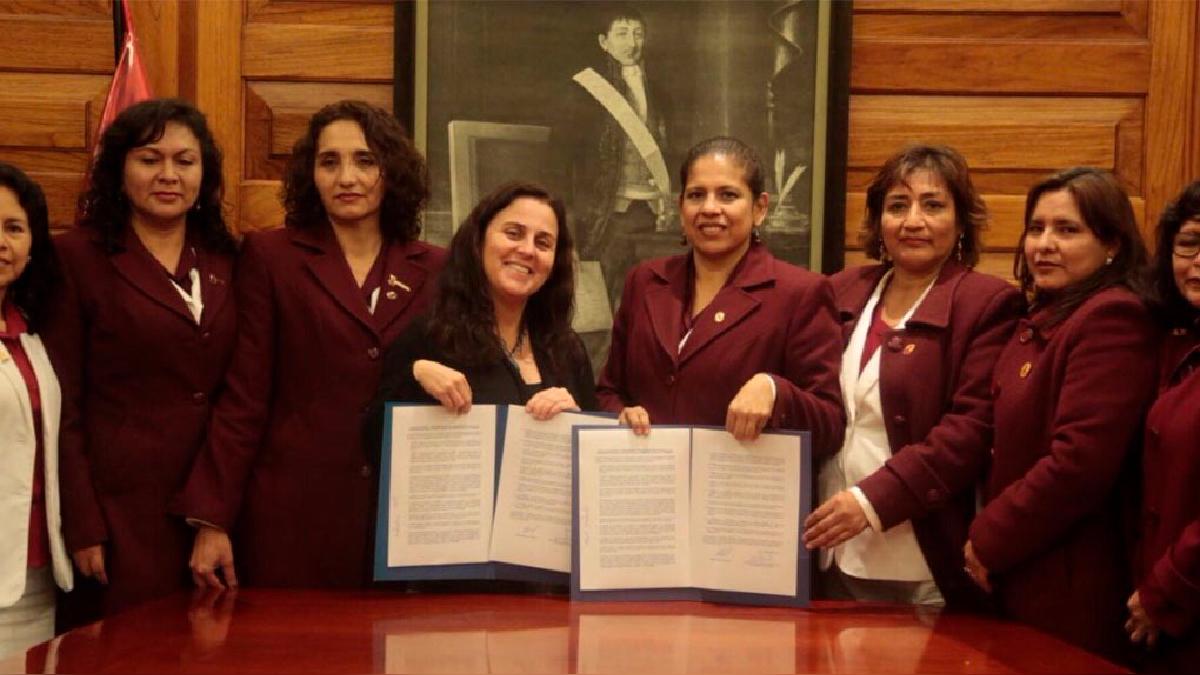 La ministra Patricia García tras firmar el acta de acuerdos con las dirigentes del gremio de obstetras.