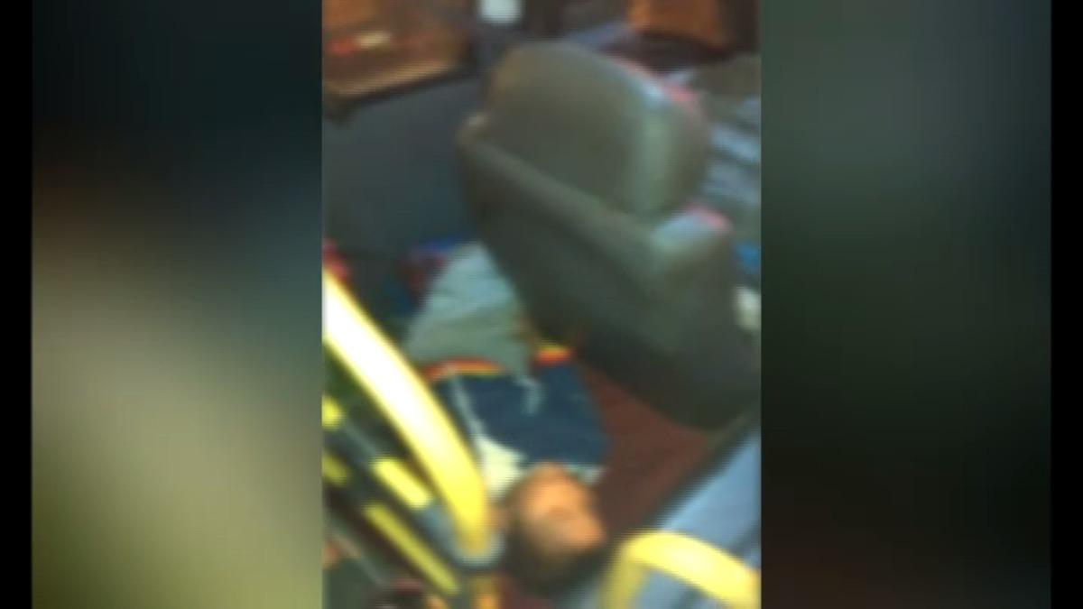 El niño estaba totalmente dormido y totalmente propenso a daños en caso ocurra algún accidente.