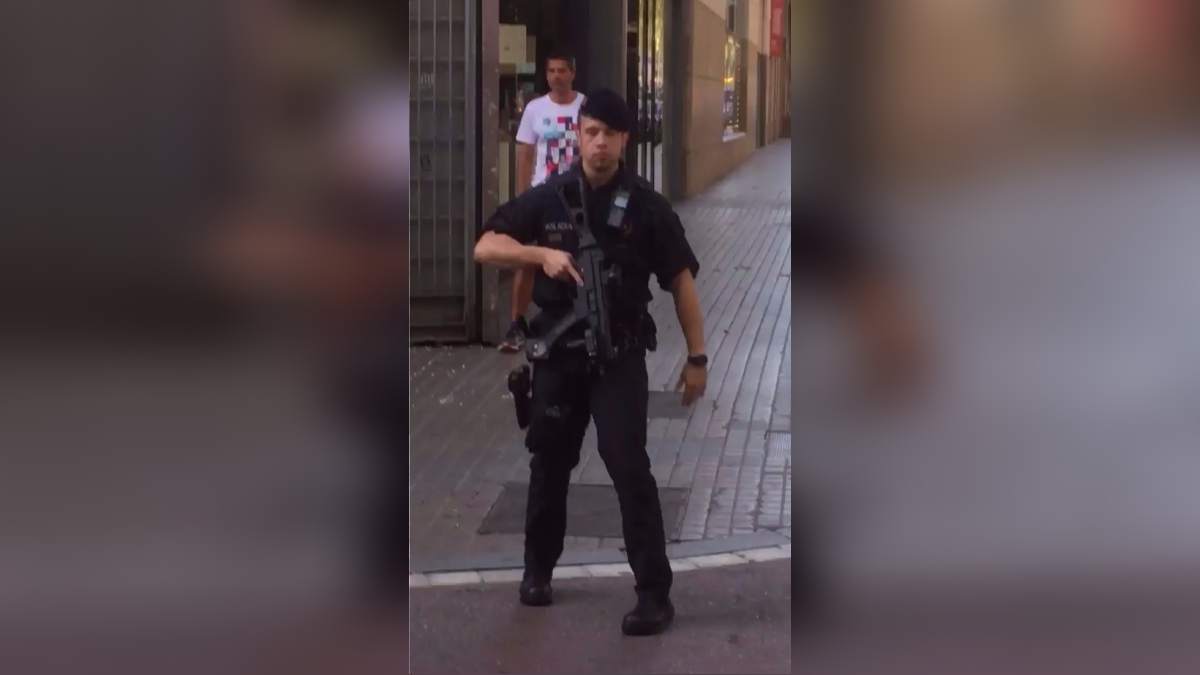 Atentado en Barcelona | Las fuerzas de seguridad acordonaron la zona mientras que los equipos de emergencias sanitarias desplegaron un amplio dispositivo de asistencia a las víctimas.