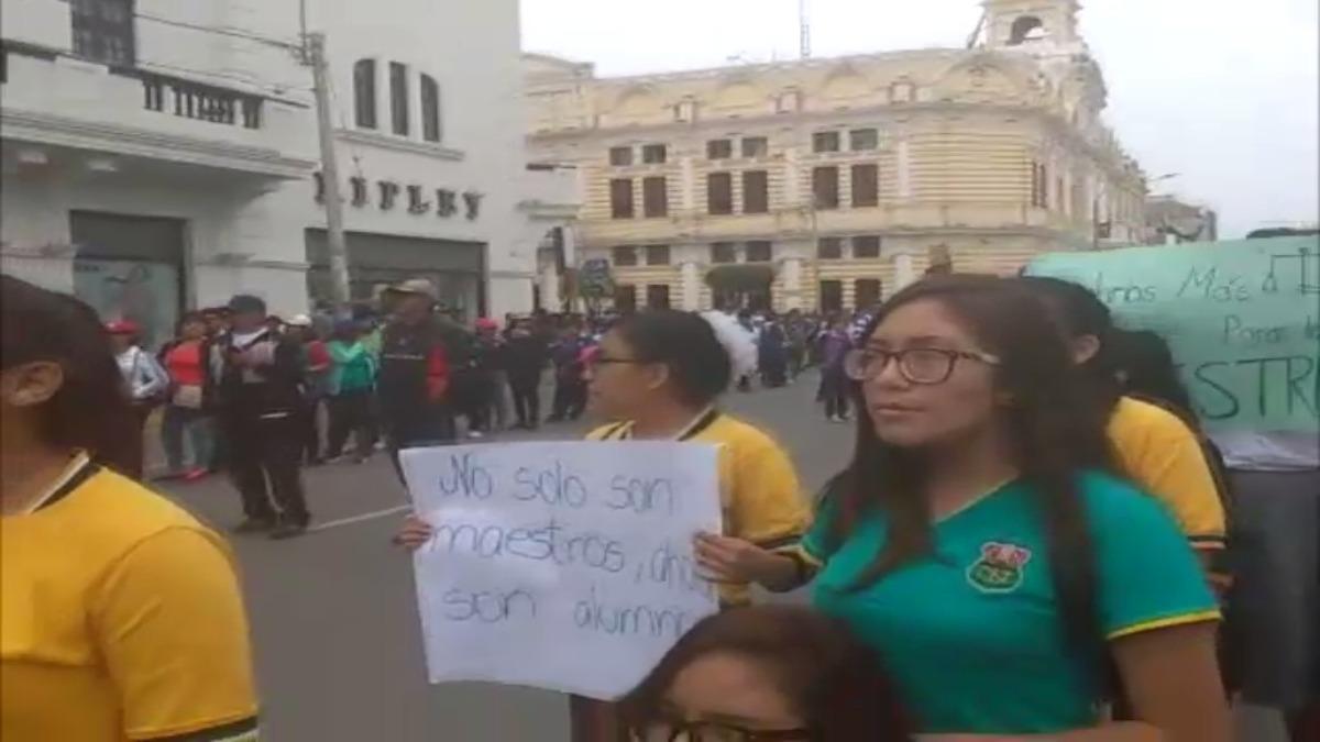 Alumnos se suman a huelga de profesores.