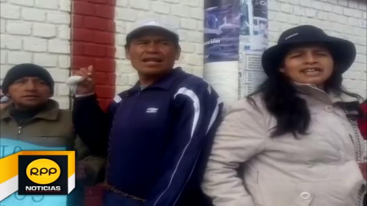 Docentes de Jauja se encadenan en exteriores de colegios religiosos.