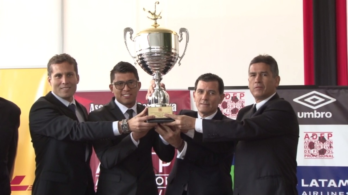 Algunos directivos de Alianza Lima junto con Leao Butrón y Rinaldo Cruzado alzaron la copa del Apertura.