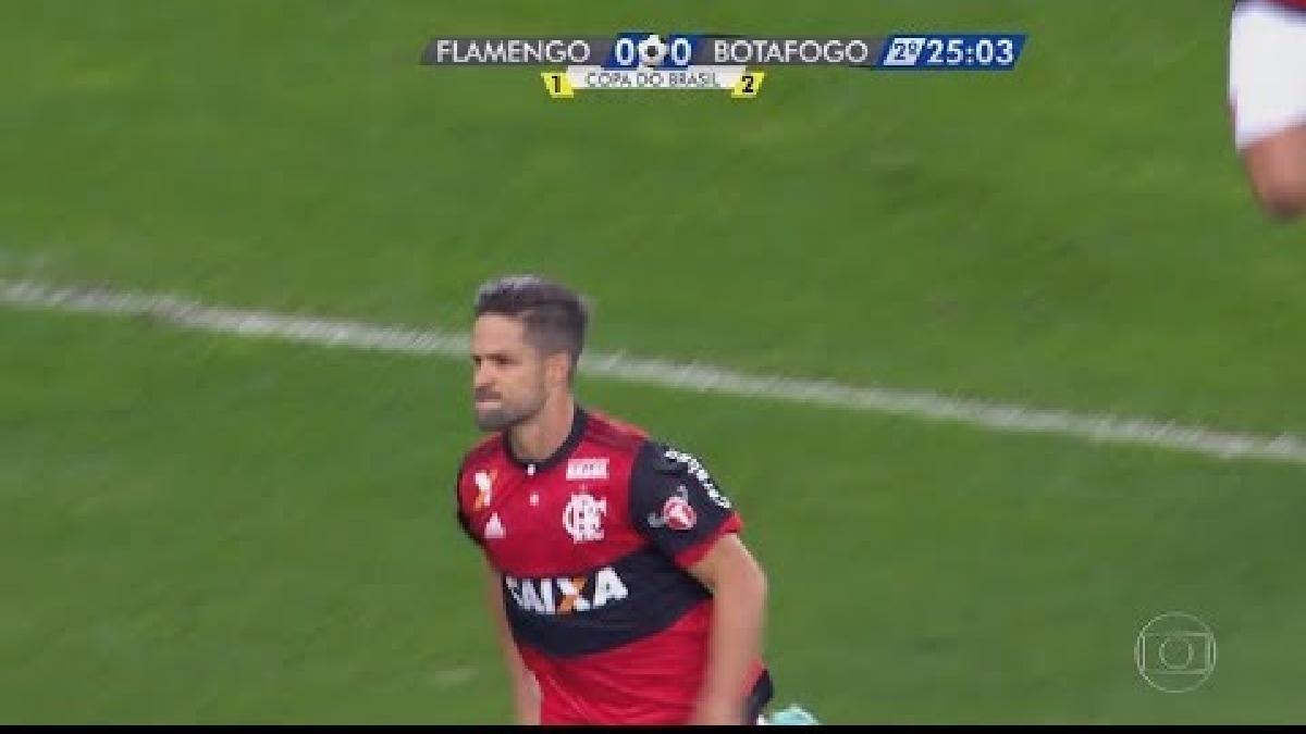 Paolo Guerrero saltó para dejar pasar el tiro colocado de Diego.