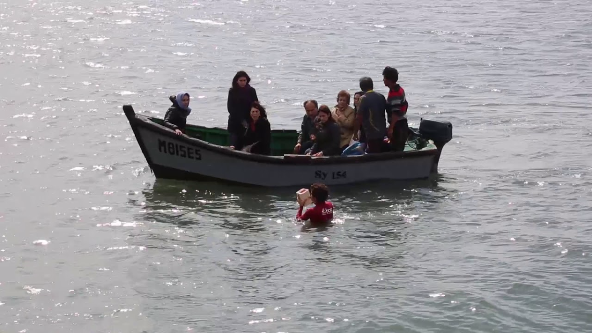 El vídeo del momento en el que se echan al mar las cenizas del poeta.