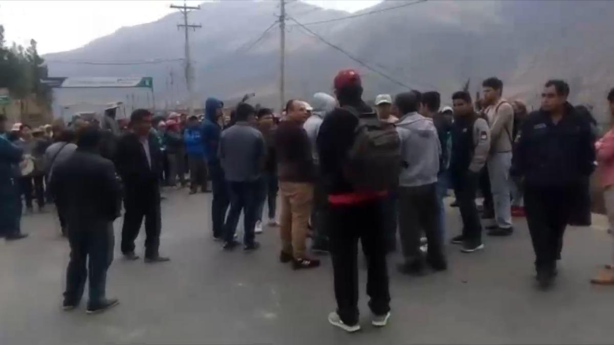 Carretera Central bloqueada por profesores.