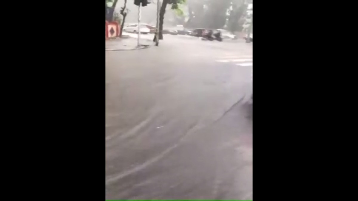 Grandes inundaciones golpean el sur de Asia. En el video las fuertes lluvias han paralizado Mumbai (India).