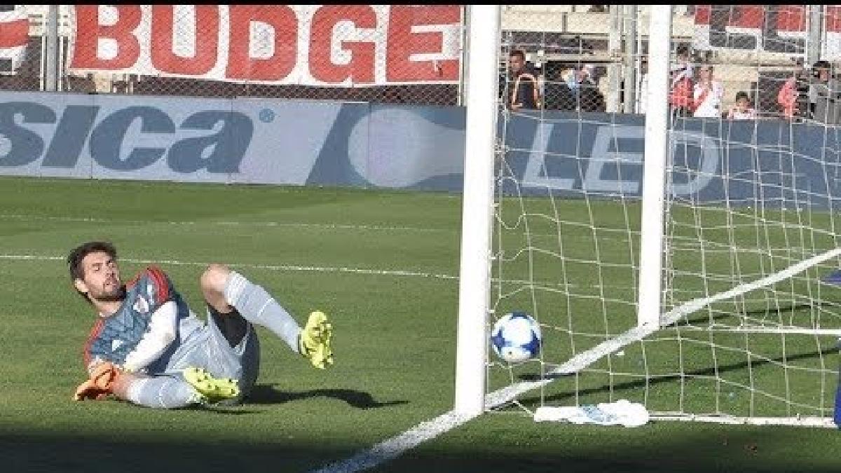 Germán Lux es víctima de las criticas por este error en el clásico del fútbol argentino.