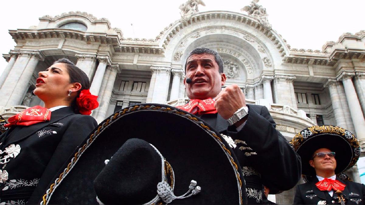 La sorpresiva actuación de los mariachis navales se dio frente al emblemático Palacio de las Bellas Artes de la capital mexicana.