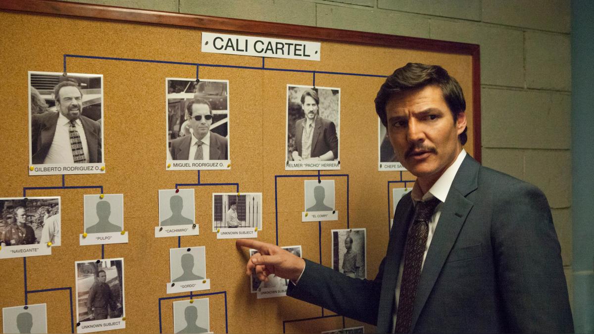 El agente Peña se convierte en narrador de la historia que se conecta con imágenes de archivo de los crímenes que cometió el Cartel de Cali en la vida real.