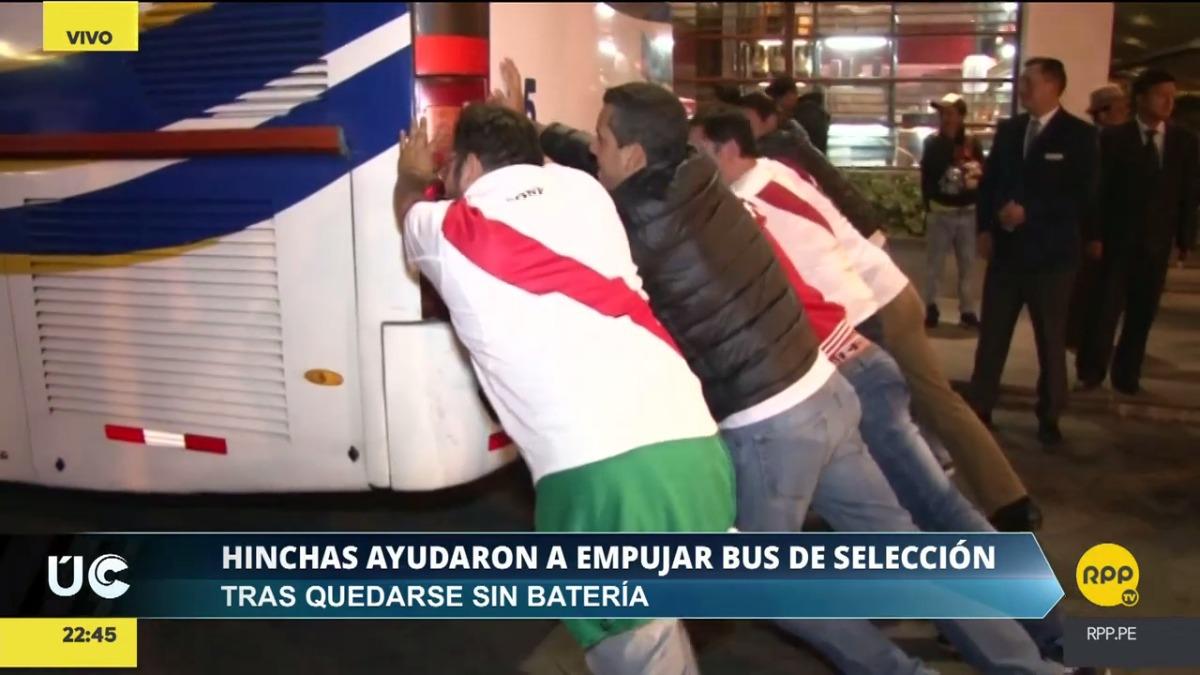 Un grupo de fanáticos de la selección peruana empujó el bus ante la mirada atónita del DT Ricardo Gareca.
