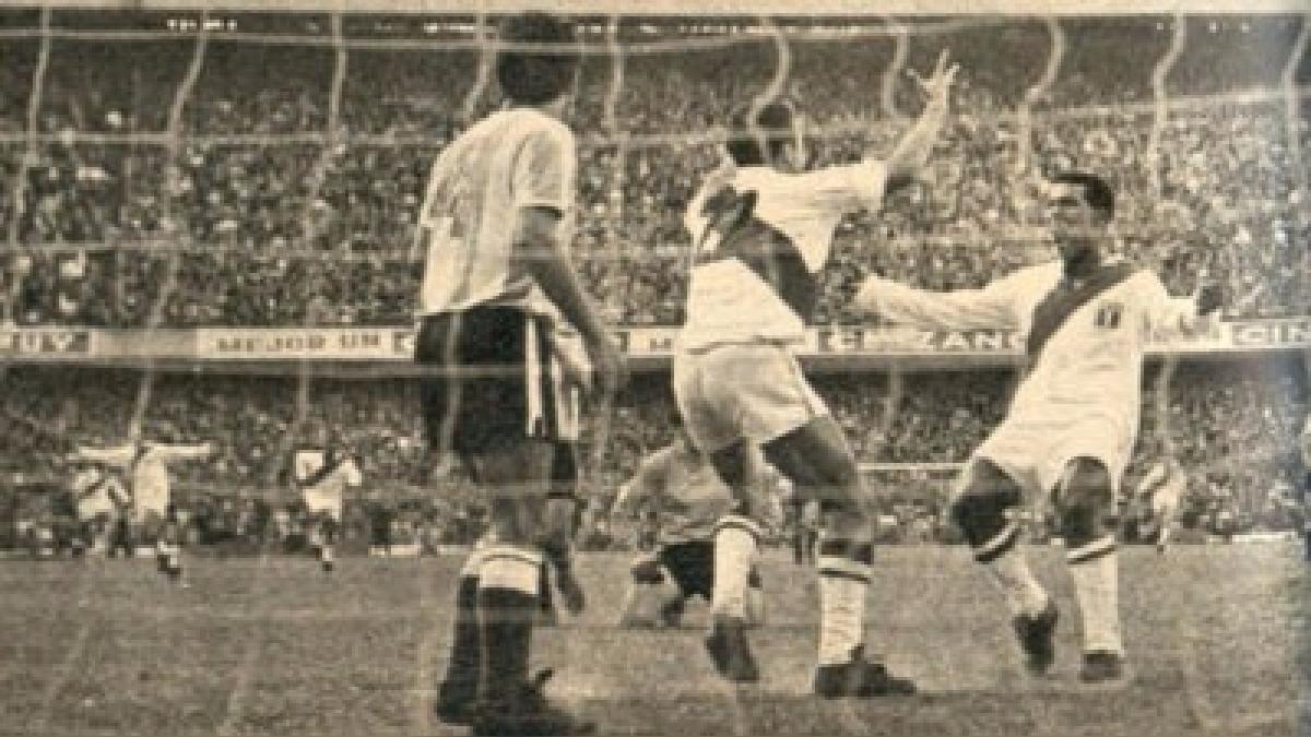 Oswaldo 'Cachito Ramírez' usó la camiseta número '22' con Perú en la Bombonera.